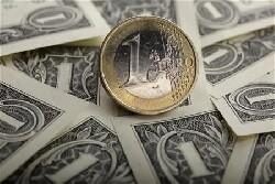 L'euro poursuit sa chute face au dollar