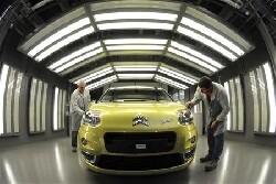 Peugeot n'exclut pas de collaborer «un jour» avec Google ou Apple
