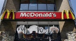 Les ventes de McDonald's baissent moins que prévu, le titre monte